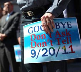 Американские геи требуют признать однополые браки в армии