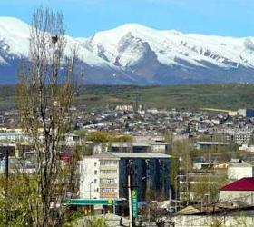 В Дагестане террористы  подорвались при попытке заложить бомбу. Сегодня ночью в Буйнакске была предпринята очередная попытка заложить взрывное устройство. Однако неудачливые террористы сами стали жертвами своей деятельности. Неожиданно произошёл взрыв и в итоге один из преступников погиб, а второй ранен. Из сообщения Дагестанского МВД стало известно о том, что двое злоумышленников пытались установить самодельную бомбу около коммерческого магазина находящегося на улице Чайковского. Как раз во время установки устройство и сработало. Один из преступников скончался на месте от полученных ранений, а второй отправлен в больницу. Так же из данных Министерства Внутренних дел стало известно, что мощность самодельного устройства составила до ста граммов в тротиловом эквиваленте. Большой ущерб был нанесён магазину, сумма которого на данный момент устанавливается. На месте происшествия обнаружен пистолет ТТ и один заряженный магазин. Личности злоумышленников устанавливаются. В связи с произошедшим было возбуждено уголовное дело по нескольким статьям -  «Незаконный оборот оружия и боеприпасов», «Умышленное повреждение чужого имущества путём взрыва», «Незаконное изготовление взрывчатых веществ и взрывных устройств».