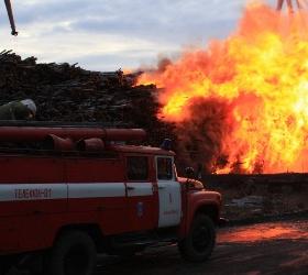 Крупный пожар бушующий на территории речного порта в Архангельске потушен