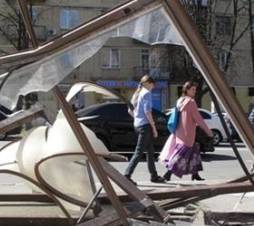 В Москве водитель иномарки сбил людей на остановке.