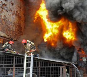 На востоке Москвы загорелись склады.