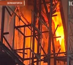 В пригороде Петербурга горит здание вокзала.