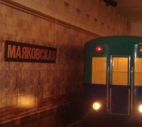 В Московском метрополитене студентка лишилась пальца. Тяжёлую травму 20-ти летняя девушка получила при выходе из метро. Теперь студентка Высшей школы экономики намерена подать в суд.  Из рассказа пострадавшей стало известно , что возвращаясь из института девушка хотела спустится на станцию метро «Маяковская». Перед ней прошёл парень, и открывшиеся снаружи двери студентка удержать не смогла, и пальцы защемило в проёме тяжёлых дверей. После чего оторванная часть пальца упала на пол и брызнула кровь. Со слов адвоката Шота Горгадзе стало понятно, что дело будет не лёгким и в особенности для пострадавшей. Девушке будет довольно тяжело доказать свою правоту в суде. Для начала нужно будет провести сложную техническую экспертизу дверей и, когда будет доказано, что устройство дверей травмоопасно, то лишь тогда есть возможность выиграть это судебное разбирательство. Люди, оказавшиеся рядом с девушкой во время происшествия, оказали ей первую помощь и вызвали скорую, которую ждали более 20 минут. Не дождавшись врачей, пассажиры вышли на дорогу и там остановили проезжавшую мимо карету скорой помощи.  Пострадавшую доставили в НИИ Склифосовского, где после осмотра врачи выяснили, что  у девушки размножена фактически половина среднего пальца правой руки. В результате студентке ампутировали две фаланги пальца. Есть данные, что девушке пришили палец, но приживётся ли он неизвестно.