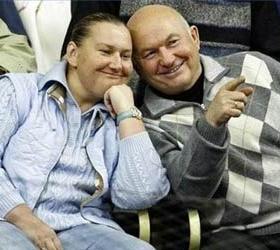Три недели понадобилось Лужкову, чтобы передать жене повестку в суд.