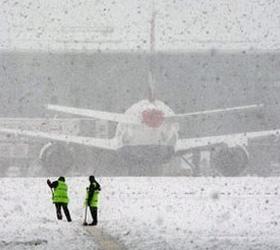 Из-за снегопада в Сочи приостановлена работа аэропорта.