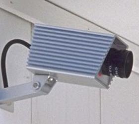 Женщину, бросившую на морозе ребёнка, зафиксировала камера видеонаблюдения.