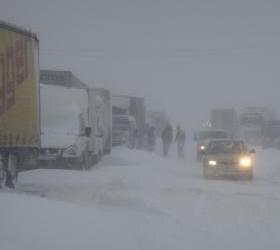 Около 60 автомашин остаются в снежном плену на трассе Волгоград – Саратов.