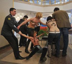 Активистки  Femen устроили  топлесс-провокацию на избирательном участке