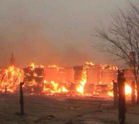 Лесной пожар уничтожает поселок в Амурской области