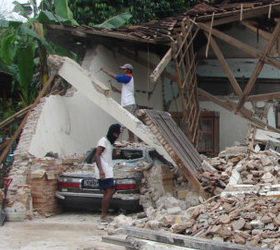 В Индонезии в результате землетрясений погибли люди