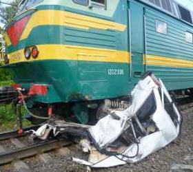 Скорый поезд в Тульской области проехался по легковому автомобилю