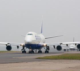 Лайнер Boeing-737 совершил вынужденную аварийную посадку в Рощино