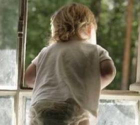 В Воронеже малолетний ребенок выпал из окна шестого этажа и остался жив