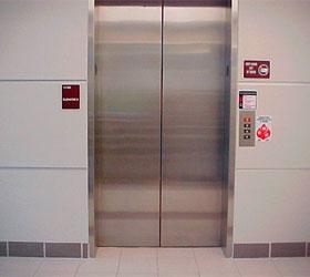 В Центре Москвы лифт придавил работницу военного госпиталя. Женщина скончалась