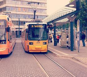 В Германии автомобиль влетел в трамвайную остановку: погибли два человека