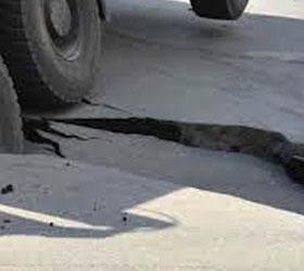 В Самаре под асфальт провалился автомобиль с тремя полицейскими
