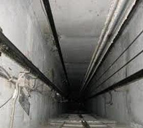 После падения в шахте лифта выжил рабочий