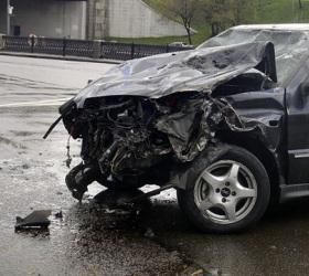 В центре столицы автомобиль пробил ограждение и упал в реку