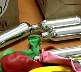 Продавцы «веселящего газа» были задержаны, когда его действие они показывали на себе