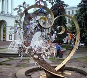 Дерево из пяти тысяч сердец появилось в Киеве