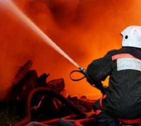Ночью в Екатеринбурге возник пожар в мебельном цеху