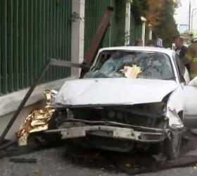 На Ленинском проспекте водитель влетел в автобусную остановку