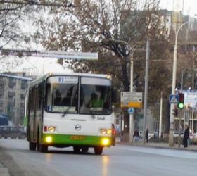 На севере столицы неизвестным была открыта стрельба в автобусе