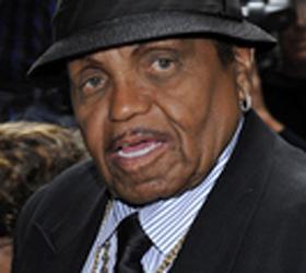 С инсультом был госпитализирован отец Майкла Джексона