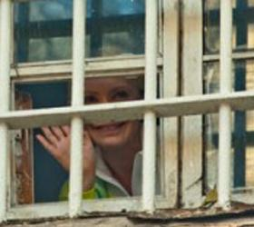 Под окнами палаты Тимошенко сторонники празднуют ее день рождение