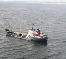 "В районе поиска сухогруза ""Амурская"" были найдены масляные пятна"