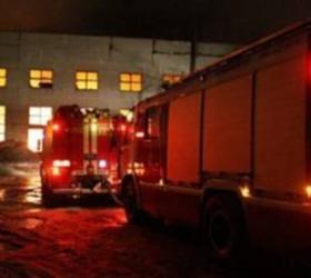 """Вчера вечером под Иркутском в центре поддержки инвалидов """"Прибайкальский исток"""" произошел пожар – загорелось одной из строений, где на тот момент находились трое работников и четверо воспитанников центра. Пятерым из них удалось спастись, две воспитанницы – двадцати четырех и тридцати двух лет – не сумели выбраться из охваченного огнем здания, их обгоревшие останки обнаружили во время разбора завалов после ликвидации возгорания. СКР по Иркутской области начал проводить доследственную проверку. В настоящий момент на месте происшествия ведут работу криминалисты, следователи. Причину пожара устанавливают. Назначили комплекс различных экспертиз. Центр """"Прибайкальский исток"""", расположенный в семи километрах от деревни Турская, был создан в 1999-ом году. Он занимается поддержкой, а также реабилитацией людей, которые страдают различными формами психофизических нарушений. Данный центр  представляет собой мини-деревню, где проживают и работают инвалиды, волонтеры и постоянные сотрудники."""