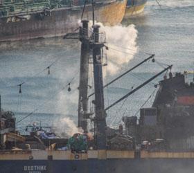 """Во Владивостоке локализован пожар, вспыхнувший на траулере """"Охотник"""""""