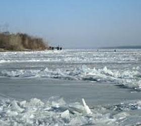 В ледяной воде Волги семидесяти пятилетний рыбак провел тридцать минут