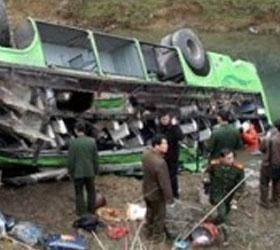 В Китае с обрыва упал автобус