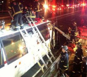 В Америке двухэтажный автобус задел  моста