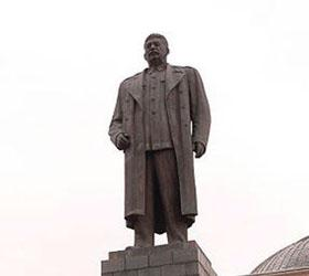 В Грузии памятник Сталину хулиганы облили розовой краской