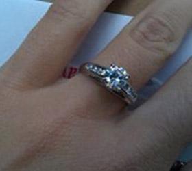 Бродяга из Канзас-Сити вернул девушке кольцо с бриллиантом, упавшее в его кружку для пожертвований