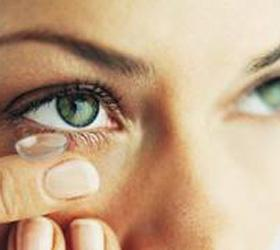 Линзы-однодневки разъели глаз женщине из Британии