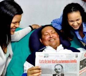 На вновь обнародованных фотографиях Уго Чавес улыбается в окружении своих дочерей