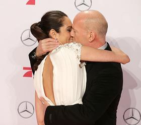 На премьере нового «Крепкого орешка» Брюс Уиллис подарил молодой жене страстный поцелуй
