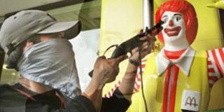 В Москве три злоумышленника ограбили McDonalds.