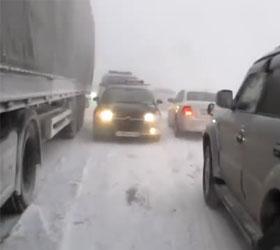 На сибирской трассе М-53 в пробке встали сотни автомобилей