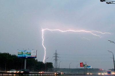 Москву ожидает сильная гроза с молниями