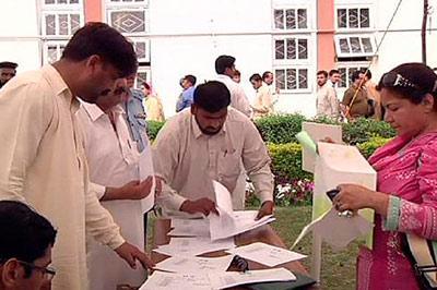 Выборы в Пакистане начались с терактов