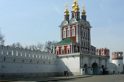 Ограда Новодевичьего монастыря была осквернена свастикой