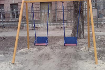 На детских качелях в Екатеринбурге обнаружили повешенного в военной форме