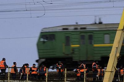 В столице автокран упал с моста прямо на пассажирский поезд