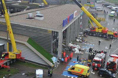 На месте крушения стен в Латвии приостановлены спасательные работы