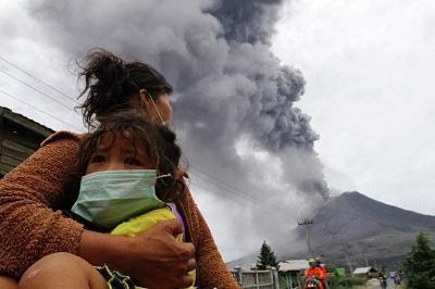 На Суматре начал извергаться вулкан Синабунг