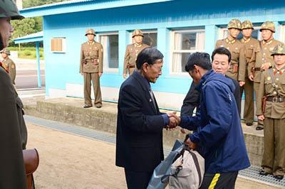 5jul2013---norte-coreano-jaqueta-azul-cruza-a-fronteira-da-coreia-do-sul-pelo-vilarejo-de-panmunjom-na-zona-desmilitarizada-entre-as-coreias-para-voltar-ao-seu-pais-o-governo-do-sul-liberou-a-saida-1373040853755_956x5